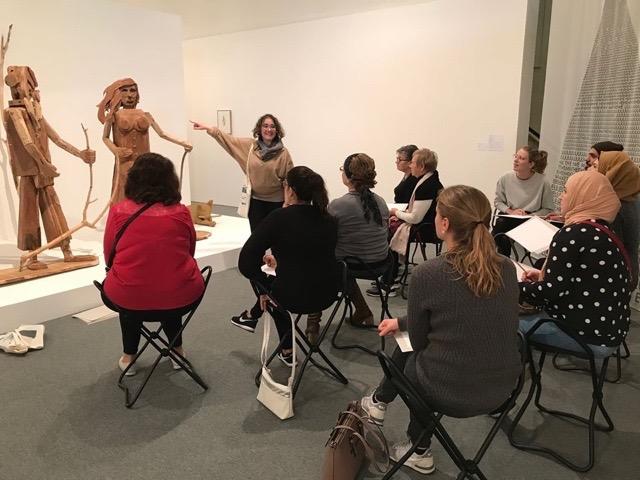 Tina Reynaert met 'haar klas' in het Mu.Zee