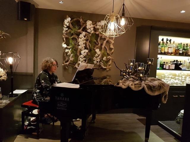 Tina aan de vleugelpiano in de C-bar van het Andromedahotel